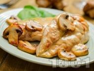 Рецепта Вкусно сочно задушено пилешко филе (гърди) на тиган с гъби и ароматен сос от брашно, масло, мляко и горчица